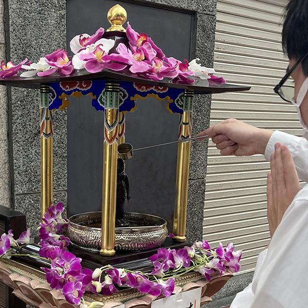 甘茶をかけて お釈迦さまの誕生を お祝いしましょう
